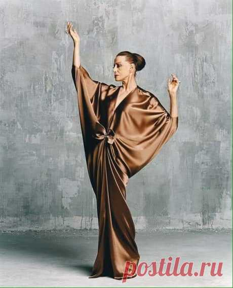 Больше, чем фото. Майя Плисецкая для журнала ELLE. Ей на фото 80 лет. На фото нет шпагата, обнажённых ног или плеча. Есть только поворот головы, взгляд и взмах руки. Это и есть высший класс.!