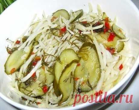 ОЧЕНЬ ВКУСНЫЙ САЛАТ Ну очень вкусный салатик, обязательно попробуйте приготовить! 1 кг белокочанной капусты 1 кг свежих огурцов 6 зубчиков чеснока Для маринада: 2 л воды, 10 штучек перца горошком, 1 ст. л. сушеной паприки, 30г укропа, 2 ст.л. соли, 5 ст. л. сахара, 1/3 ст. подсолн. масла, 0,5 ст. яблочного уксуса. Шинкуем капусту, режем тоненько огурцы, чеснок и укладываем в емкость в последовательности: капуста-огурцы, чеснок-капуста-огурцы,чеснок-капуста. Маринад: в холодную воду з