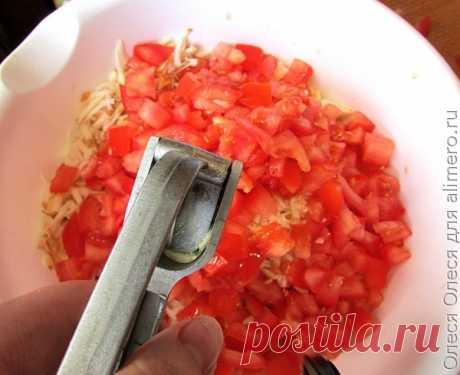 Салат из помидоров и колбасного сыра