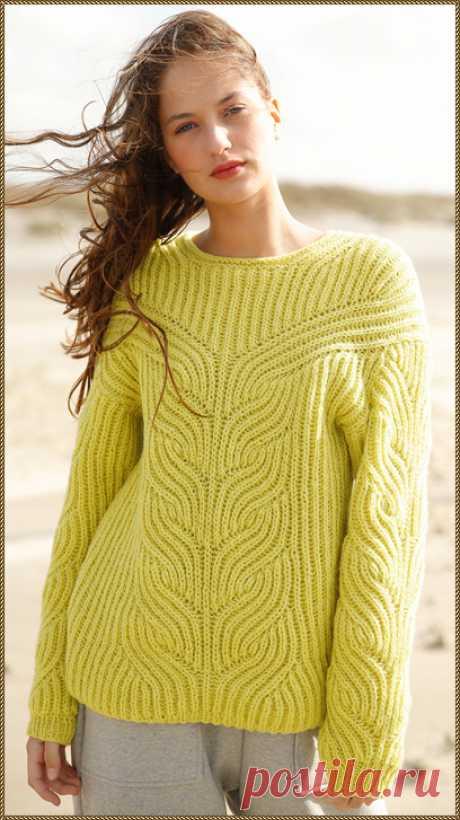 Пуловер жёлтого цвета, связанный патентным узором