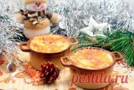 Новогодний жюльен Еще один рецепт в вашу новогоднюю копилку. Необыкновенный новогодний жюльен с кедровыми орешками станет приятным сюрпризом для ваших гостей.