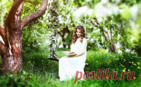 «Девушка в белом платье с корзинкой цветов на полянке покрытой зеленой травой.» — карточка пользователя ok.griczencko2016 в Яндекс.Коллекциях