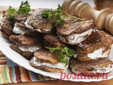 Как приготовить печеночные оладьи в сметанном соусе - рецепт, ингредиенты и фотографии
