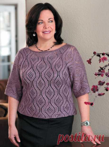 Короткий пуловер Блоссом вертикальным ажурным узором для полных женщин – описание вязания спицами со схемой