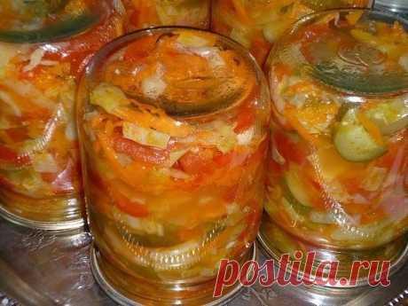 """САЛАТ """"ЛЕТО""""  Этот салат осилит даже тот, кто никогда не консервировал овощи. Отсутствие длительной варки и других времязатратных манипуляций с овощами позволит вам сберечь витамины и силы. Сохраняйте урожай и летнее настроение.  Необходимо (вес овощей дан после очистки от всего лишнего):  Капуста — 0,5 кг Помидоры — 0,5 кг Огурцы — 0,5 кг Перец болгарский — 0,5 кг Морковь — 0, 5 кг Масло растительное — 100 г Уксус 9% — 100 г Соль — 4 ч. л. Сахар — 8 ч.л.  Приготовление:  ..."""