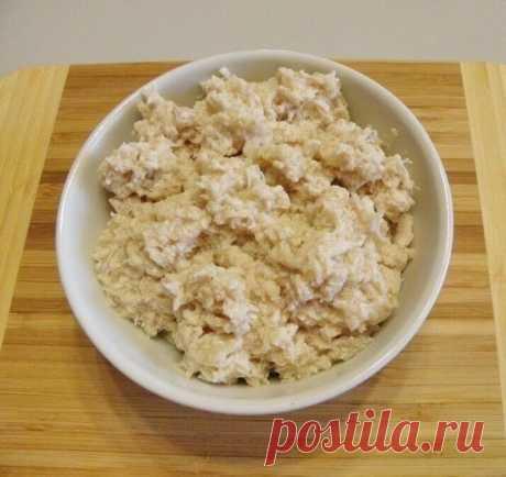 Зразы   Ингредиенты:  Картофель — 900 г Куриное филе — 400 г Яйцо — 1 шт. Лук — 2 шт. Мука пшеничная — 3 ст. л. Масло рафинированное — 150 мл Соль — по вкусу Перец черный молотый — по вкусу Сухари панировочные — 100 г  Приготовление:  1. Подготовьте продукты. Мясо вымойте и обсушите; овощи очистите от кожуры, сполосните под водой. 2. Очищенный картофель залейте небольшим количеством холодной соленой воды. Отварите его на протяжении 20 минут с момента закипания. 3. Лук и ку...