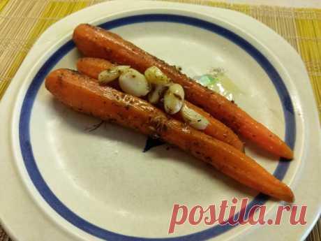 Молодая морковь, запеченная с розмарином и чесноком