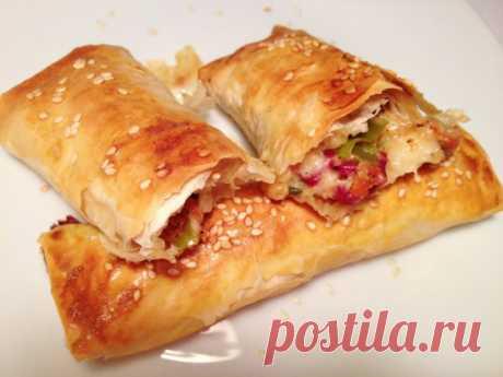 Турецкие пирожки (Pacanga boregi)  – традиционные турецкие мезе с вяленой говядиной и турецким чеддером в хрустящем тесте юфка. Существует масса разновидностей начинки, каждая хозяйка привносит в рецепт что-то свое. К сыру и пастирме (бастурме) добавляют моцареллу, помидоры, сладкий и острый перцы. Pacanga boregi жарят в масле и запекают в духовке. Вместо юфки часто используют фило. Приготовим ?