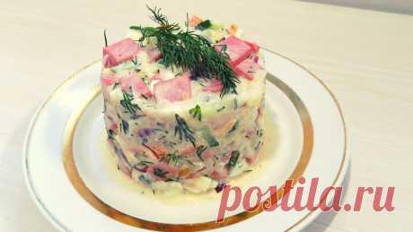 Салат на праздничный стол с колбасой и рисом. Видео рецепт Для приготовления салата нам понадобиться:450 гр. колбасы1/3 стакана сырого риса1 большой огурец2 помидорки2 куриных яйца1 небольшая красная луковицасоль по вкусумайонез для заправкизелень по желаниюрастительное масло для обжарки колбасыПростой и короткий видео рецепт приготовления салата: