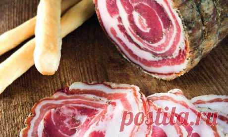 Сыровяленная колбаса как в Испании: ставим из 1 килограмма свинины - Steak Lovers - медиаплатформа МирТесен За настоящей испанской колбасой вовсе не нужно обязательно ехать в Испанию. Испанский повар поделился рецептом домашней панчетты – колбаса заготавливается на обычной кухне и очень скоро становится главной мясной закуской на столе. Ингредиенты 1,2 кг свиной грудинки 25 г соли - 2% 12 г коричневого