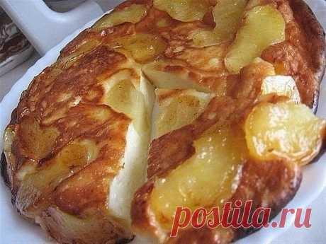 Творожно-яблочное чудо  Просто тает во рту...  Ингредиенты:   2 яблока  2 ст.л. слив. масла  1 ст.л. сахара (если есть, то коричневый)  Для теста:  250 г. творога  2 яйца  3 ст.л. сахара  щепотка соли  0,5 ст. сметаны  3 ст.л. муки (просеять)  Приготовление:  Очистить яблоки и порезать на дольки.Затем обжарить на сковороде (которую можно потом поставить в духовку) на сливочном масле.Посыпать сахаром. 5 минут с одной стороны и 3 мин. с другой Приготовить тесто и залить им я...