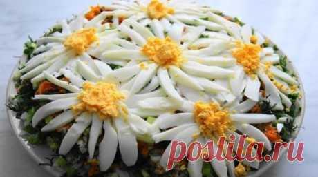 Слоеный салат «Ромашковое поле» — не только красиво но и безумно вкусно! Ингредиенты: рис длиннозернистый — 0,5 стакана; филе куриное — 2 штуки; морковь — 2 штуки; огурец — 2 штуки; лук — 1 штука; яйцо — 3 штуки; майонез; листья салата; укроп. Слоеный салат «Ромашковое поле». Пошаговый рецепт Отварите рис до готовности в подсоленной воде. Морковку натрите на терке, обжарьте ее на растительном масле. Яйца отварите, филе тоже. Выложите салат слоями: листья салата порванные на кусочки, второй сл