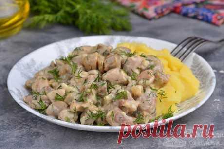 Курица с грибами в сметане на сковороде.  Готовим потрясающе ароматную и вкусную курицу с шампиньонами в сметане на сковороде. Для большего аромата дополняем измельченными укропом, чесноком и молотым кориандром. Все продукты отлично сочетаются между собой, в итоге получается сочное и очень нежное по вкусу блюдо.