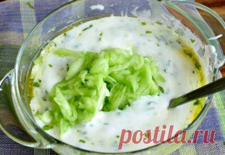 Соус дзадзики  Ингредиенты:  Йогурт натуральный – 400гр. Огурец – 1 шт. Чеснок – 2 крупных зубчика. Мята – 1 ст.л. (мелко порезанных листьев) Оливковое масло – 2 ст.л. Соль – 1ч.л. Сок половины лимона  Приготовления:  1.Огурец отчищаем от кожуры, очень удобно это делать ножом для чистки овощей. 2.Натираем огурец на крупной терке и выкладываем в дуршлаг или сито, добавляем 0,5 ч.л. соли и слегка обминаем, для того, чтобы стек лишний сок. 3.Выдавливаем чеснок при помощи прес...