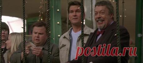 Миллион на Рождество (Christmas in Wonderland, 2007) Довольно-таки грустное вырисовывается Рождество для семейства Саундерс. Они только что переехали из Лос-Анджелеса в новый городишко, где у них нет ни друзей, ни денег, ни рождественского настроения. А тут ещё их мама «застревает» в аэропорту из-за отложенного рейса и рождественский шопинг падает на плечи папы и детей... И вдруг 12-летний Брайан и 6-летняя Мэри находят сумку с миллионом долларов!..