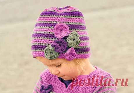 Полосатая шапочка для девочки крючком Простая и удобная шапочка связана крючком и украшена «букетом» цветочков.