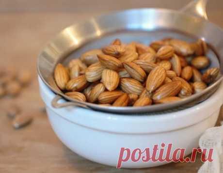 Почему нужно замачивать орехи перед употреблением?  Многие любят орехи, но мало кто знает, что в сухих орехах содержатся ингибиторы ферментов — это вещества, замедляющие процесс переваривания. Вот почему такие орехи так тяжело перевариваются и выводятся из организма почти в неизменном виде. Продолжение на сайте: https://moy-znahar.ru/2487/Pochemu_orehi_nuzhno_zamachivatq_pered_tem_kak_estq_Prichina_vas_porazit/