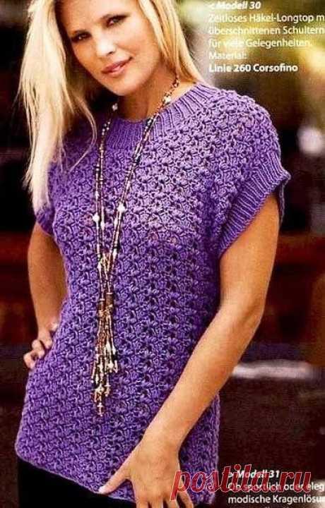 Ажурная безрукавка  Основное полотно переда и спинки этой фиолетовой ажурной безрукавки связано крючком, а вот резинка на горловине и рукавах выполнена спицами.