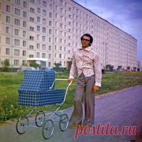 СтилягаМодный папа на фоне новостроек Орехового бульвара. Москва. 1975г.