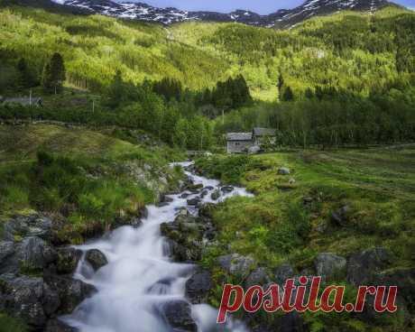 Картинки норвегия, лес, ручей, скалы, гора, хижина, зеленый - обои 1280x1024, картинка №398773