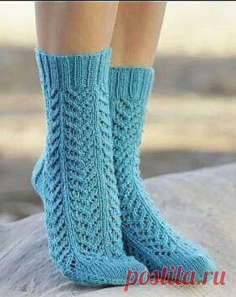 НОСОЧКИ СПИЦАМИ С УЗОРОМ ЕЛОЧКА  Эффектные ажурные носки спицами для женщин, выполненные из тонкой носочной пряжи на основе шерсти. Вязание носков осуществляется простым ажурным узором, напоминающим елочки. Схема узора приведена в описании. Описание носков спицами дано для нескольких размеров женских ножек.  Схема 1  Размеры  35/37 - 38/40 - 41/43 см Длина стопы: 22- 24 - 27 см  Материалы  Пряжа DROPS FABEL (75% шерсть, 25% полиамид, 50 г/205 м) 2 мотка, спицы чулочные 2....