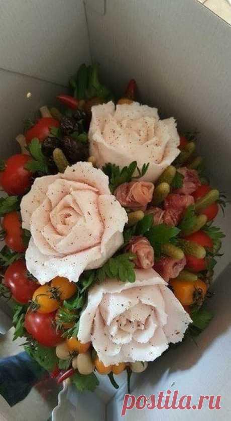 Букет из сала, колбасы и овощей. Оцените)
