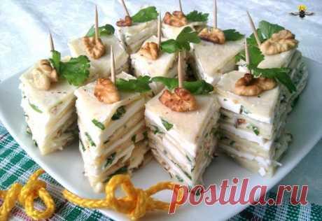 Блинные канапе Блинные канапе Решила приготовить блинные канапе с брынзой. В них прекрасно сочетается вкус брынзы, грецких орехов, чеснока и зелени сельдерея. 8 шт.