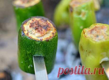 Шашлык из фаршированных овощей Оригинальный рецепт вкуснейших шашлыков из фаршированных кабачков, сладкого перца и баклажанов.