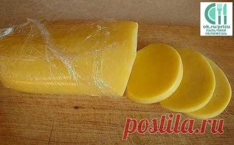 Готовим сегодня -свой домашний сыр. Не хуже импортного! Сохраните  себе в копилку ! Домашние сыры - 6 рецептов приготовления.   Ароматный домашний сыр  Ингредиенты: 1л кефира 1л молока 6 яиц 4 ч. ложки соли (или по вкусу) 1/3 ч. ложки красного острого перца щепотка тмина 1 зубчик чеснока небольшой пучок разной зелени: укроп, кинза, зелёный лук Приготовление: 1. В кастрюлю вылить молоко и кефир, поставить на плиту. Не доводя до кипения, влить тонкой струйкой в горячую молоч...