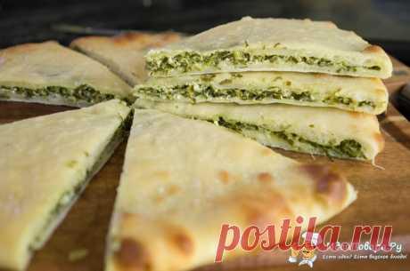 Осетинский пирог с сыром и зеленью — рецепт           Ценители хорошей кухни полюбили осетинские пороги за нежное тесто и разнообразие начинок. Считается, что лучшие пироги – самые тонкие. При этом блюдо универсально: его подают к чаю, в качест…