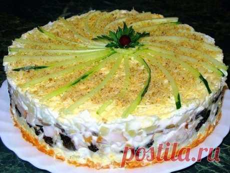 Слоеный закусочный торт с копчёной курицей, черносливом и шампиньонами  Ингредиенты: - копчёная курица - 400 г - чернослив - 100-150 г Читать полностью..
