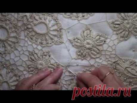 La descripción minuciosa del proceso de la costura setochki en el encaje irlandés. Es mostrada no la parte grande de la espalda.