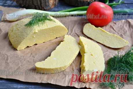 Домашний сыр из молока и яиц  Хочу предложить вам попробовать замечательный домашний сыр из коровьего молока и яиц. Домашние сыры всегда получаются вкусными и полезными, этот сыр не исключение. Готовится сыр по этому рецепту просто и быстро, получается нежным, но довольно плотным, с ярким молочным вкусом. Его можно предложить своим родным на завтрак или использовать в салатах. Из данного количества продуктов у меня получилось 340 грамм сыра.  Для приготовления домашнего сы...