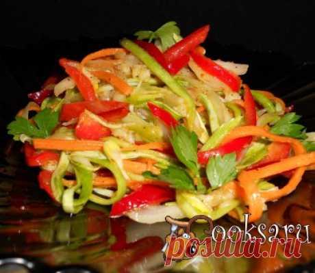 Салат из овощей по-корейски Вкуснейший корейский салат из овощей. Отлично подойдет к мясу. Морковь — 1 шт; Кабачок — 1 шт; Перец болгарский красный — 1 шт; Лук репчатый — 0,5 шт; Чеснок — 2-3 зуб.; Масло растительное — 2-3 ст.л.; Перец молотый черный — 0,5 ч.л.; Перец молотый красный (щепотка) ; Кориандр (щепотка) ; Соевый соус — 1-2 ст.л.; Сахар — 1 ст.л.; Уксус 9% — 1-2 ч.л.; Петрушка ;