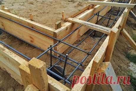 Начнём с того, что можно сделать столбчатый фундамент для каркасного дома своими руками, но нежелательно для кирпичного или бетонного. Он не рассчитан на такие нагрузки, но его зачастую путают со…
