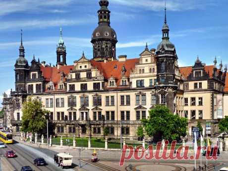 Historia del Edificio En un momento, el Residenzschloss Dresden fue uno de los más bellos e importantes palacios del Renacimiento en Alemania. Dresde había sido la residencia permanente de los reyes sajones y los electores desde 1485. El palacio real fue dada su particular estructura arquitectónica entre 1548 y 1556. Se ha mantenido un castillo alto renacimiento a través de todas las alteraciones y modernizaciones de los siglos intermedios. Fue planeado y construido como un castillo,