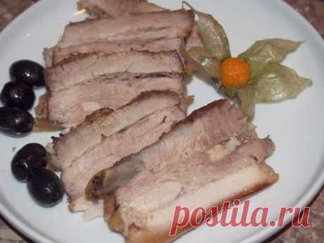 СВИНАЯ ГРУДИНКА ЗАПЕЧЕННАЯ В ЛИМОННОМ МАРИНАДЕ Если будете готовить грудинку в лимонном маринаде, то готовьте сразу двойную порцию, т.к. такое мясо вкусное в горячем виде и еще вкуснее – в холодном. Запеченная свиная грудинка сама по себе имеет неповторимый вкус. Но если грудинку предварительно подержать пару часиков в лимонном маринаде, состоящем, собственно, из самого лимона и репчатого лука, это будет тройное удовольствие. Во-первых, лимон убивает специфический запах мя...