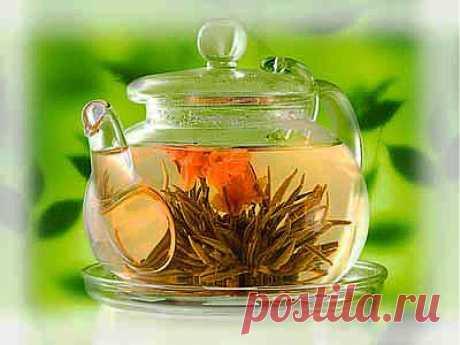 Как приготовить лечебный чай дома?Среди домашних чаев наиболее распространены смягчающие чаи из различных сортов мяты, ромашки, листьев малины, ежевики, лимонной мелиссы, цветов липы, черной смородины, цветов бузины и плодов шиповника. Как приготовить травяной чай: необходимо чайник обдать кипятком, нужное количество травы, подобранное в соответствии с вашей рецептурой, положить в чайное ситечко и залить все кипятком. Чай настаивать в закрытом чайнике до 10 минут. Затем вынуть ситечко.