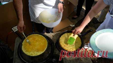 открываю секрет приготовления! Возьмите четыре яйца, подготовьте 35 граммов сливок, соль, специи — по желанию и вкусу. Колдуйте, фантазируйте — это обязательно. Отделите желтки от белков, к желткам добавьте сливки и соль, перемешайте тщательно, но не взбивайте, вылейте на раскаленную сковородку. Пусть жарятся почти до полной готовности. В это же время взбиваем белки до густой пены и выливаем поверх приготовленного желтка. Доводим пирог до готовности, ни в коем случае не на...
