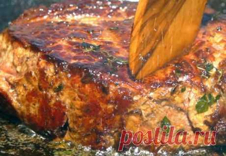 Пожалуй, один из лучших рецептов стейка не требует в приготовлении ни сложных приправ, ни лишней посуды. Толстый кусок мяса зажарим до золотистой корочки на обычной сковороде и подадим с грибами по-бургундски. Начнем с грибов. 70 граммов масла растапливаем в сотейнике и отправляем в него