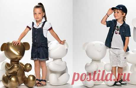 Комбинезон с шортами, как на девочке слева, является моделью унисекс и подойдет и мальчикам тоже. Деним - излюбленный материал детских коллекций одежды. Прочный, ноский, а также его легко удлинять или укорачивать. Покупайте джинсовые вещи!