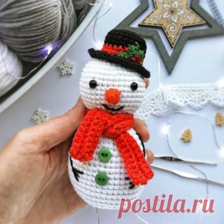 Снеговик амигуруми. Схемы и описания для вязания игрушек крючком! Бесплатный мастер-класс от Светланы @fayni_toys по вязанию снеговика крючком. Для изготовления вязаной игрушки автор использовал пряжу YarnArt Jeans и…