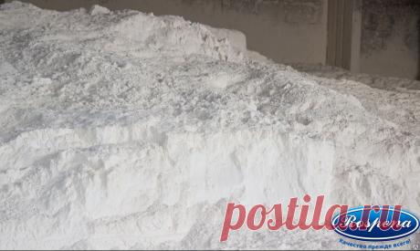 """Для уменьшения количества трещин в пенобетоне (блоках) добавляем мел строительный.  Вопрос к специалистам: как повлияет мел на характеристики пеноблока со временем (прочность, морозостойкость)?  В соответствии с технохимическими расчетами при гидратации среднеалюминатных цементов может быть дополнительно связано примерно 12% кальцита введенного в бетонную систему извне. Таким """"подарком"""" грех не попользоваться."""