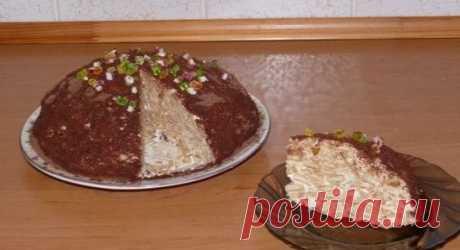 """Гениальный тортик без выпечки  Ингредиенты:  - 500 г крекера """"Рыбки"""" - 1 л сметаны - 250 г сахара - 1 банан (можно и курагу, и чернослив, и орехи) - 1 маленькая плитка шоколада  Приготовление:  1. Смешать сметану с сахаром и с пюре банана.  2. Всыпать крекер, перемешать. Все отправить в холодильник для набухания крекера на 4 часа.  3. Выложить на блюдо и оформить.  4. Сверху посыпать тертым шоколадом. Украсить торт по своему вкусу. И ещё раз отправить его в холодильник на 2 часа."""
