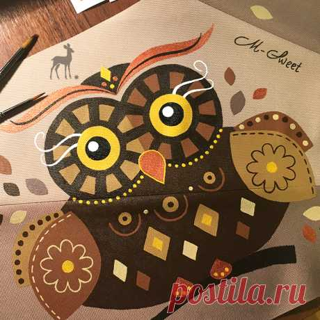 Совушка-сова, мудрая голова Кто это смотрит своими желтыми глазами, удобно устроившись прямо на женской сумке? Да это же знакомая нам лесная совушка... #сумкасова #коричневаясова #сумкироспись #сумкиназаказ #ручнаяработа #сумкимсвит