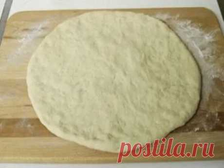 Тесто для пиццы правильное  Тесто для пиццы правильное   Это тесто отлично подойдет как для пиццы, так и для кальцоне. Также его можно заморозить – качество от этого не пострадает. Этого теста хватает на 2 пиццы.   Ингредиенты:  500 гр муки  250 мл воды  70 мл масла  15 гр дрожжей (3-4 гр сухих)  1 чайная ложка сахара  1 чайная ложка соли