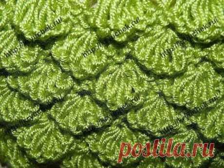 Необычный узор, похожий на чешуйки рыб. Применяется в вязании жакетов, свитеров, кардиганов, шапок и как отделка вязаных изделий. Набираем 39 + 2 кромочные петли. 1 ряд: изнаночные петли; 2 ряд: вяжем попеременно 1 накид, 1 лицевая петля. Повторяем до конца ряда; 3 ряд: провязываем лицевыми петлями, накиды сбрасываем; 4 ряд: повторяем от * и до*. Провязываем * 7 петель вместе изнаночной ; из одной петли вывязываем 7 петель *; 5 ряд: изнаночные петл
