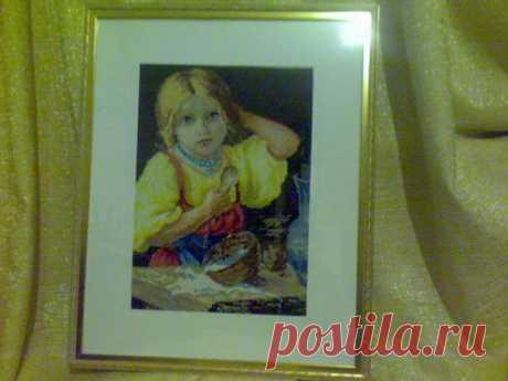 Девочка пролившая молоко .картина вышитая крестиком ,размер по рамке 40*50 см.