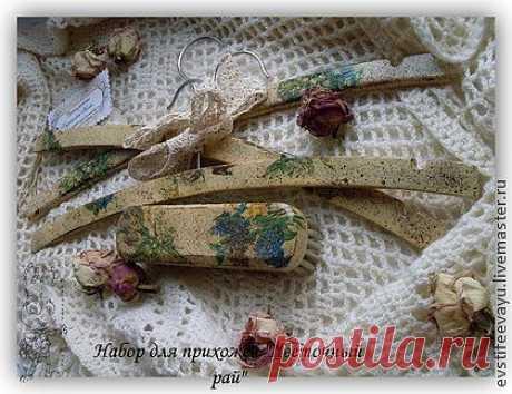 Деревянные вешалки выполненный в технике декупаж, стандартные для взрослой одежды. В нежно- бежевом коричневом цвете, с весенними цветами, искусственно состарены, с небольшими потертостями, набрызгом. Щетка с мягкой щетиной 16*4 см выполнена в той же технике что и вешалки. Великолепный набор для стильных и нежных натур. Любая прихожая с этим набором будет выглядеть в любую погоду весенней и цветущей.