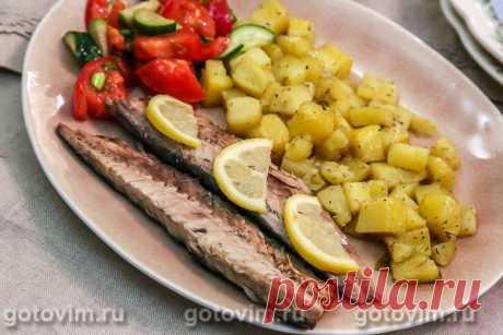 Скумбрия с картошкой в фольге. Рецепт с фото Конечно, запекать лучше свежую охлажденную рыбу, но и замороженную скумбрию можно вкусно приготовить. В этом рецепте скумбрии с картошкой в фольге используют самые обычные специи - смесь молотых перцев и лимон. К тому же, готовя рыбу по этому рецепту, у вас сразу получается основное блюдо вместе с гарниром. Остается только приготовить салат из свежих овощей и обед готов.